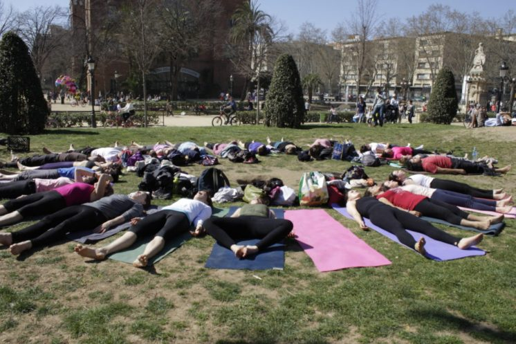 Yoga-in-the-Ciutadella-park-1024x683